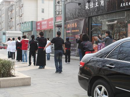 Gemensam morgongymnastik för personalen på en frisörsalong