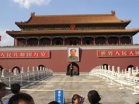 Alla kineser vill bli fotograferade framfor portrattet av Mao