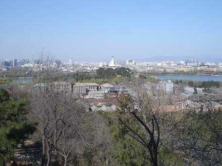 Utsikt mot Beihaiparken och Beihaisjon med den Vita Pagoden i mitten