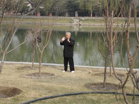 En aldre man har hittat en egen plats att meditera och utfora sina ovningar i Longtanparken