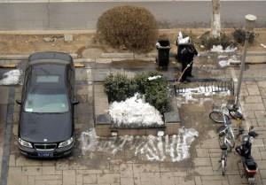 Det gäller att ta tillvara den lilla snö som kommit i Beijing