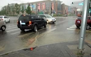 Det regnar över Hongyan Road i Beijing den 26 augusti 2011