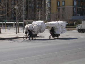 Cykelekipage i Beijing på väg till återvinningsanläggning