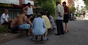 Män som spelar kort på gatan i Beijing