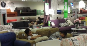 Sover i soffan på IKEA i Beijing