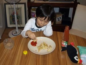 Ella äter Lasses klyftpotatis