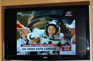 Liu Yang kommer ut från kapseln som Kinas första kvinnliga astronaut