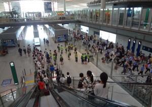 På väg ned till eltåget som kör ut passagerarna till den internationella delen av flygplatsen