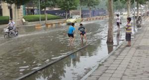 Översvämmad gata utanför Yonghui