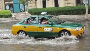 Taxibil som forsar fram utanför Yonghui